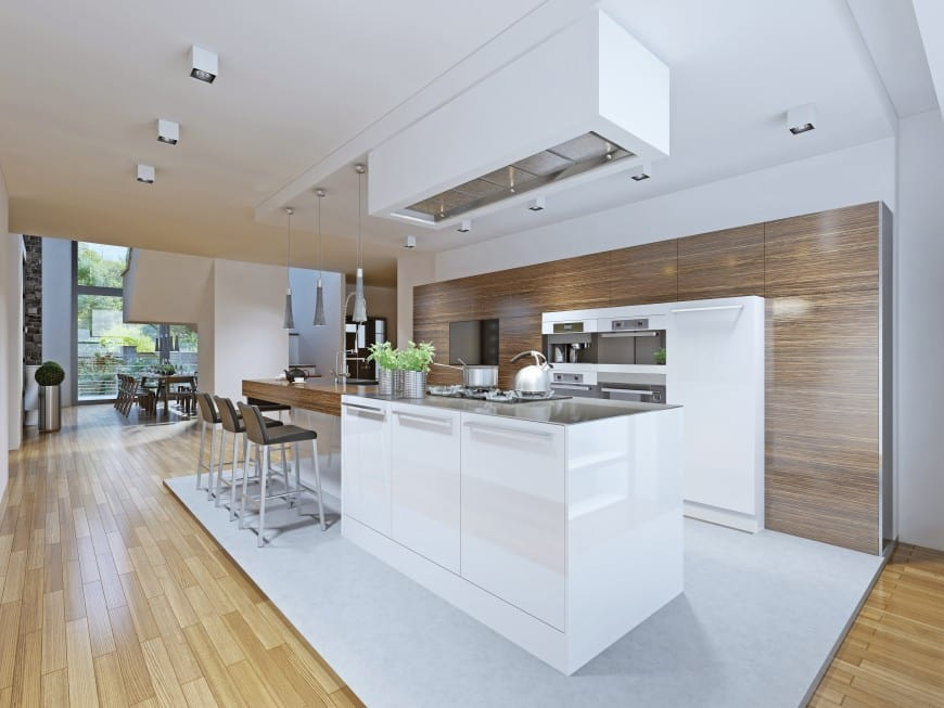this kitchen It is set in white and wood and has a sleek modern appearance with minimalistic design