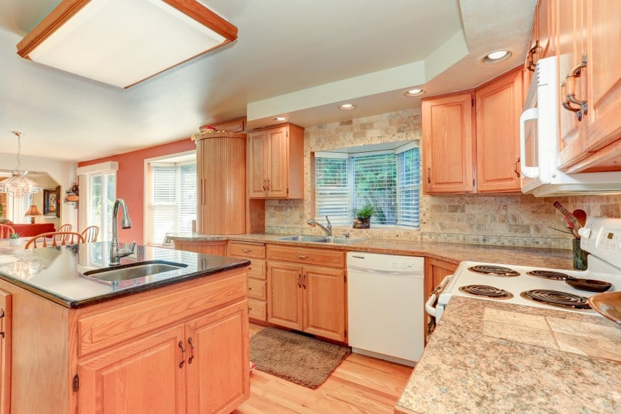 Let's go back to traditional interiors with this kitchen design in wood and granite