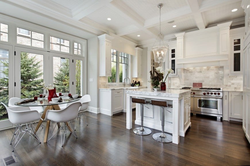 Have a look at this splendid transitional kitchen design.