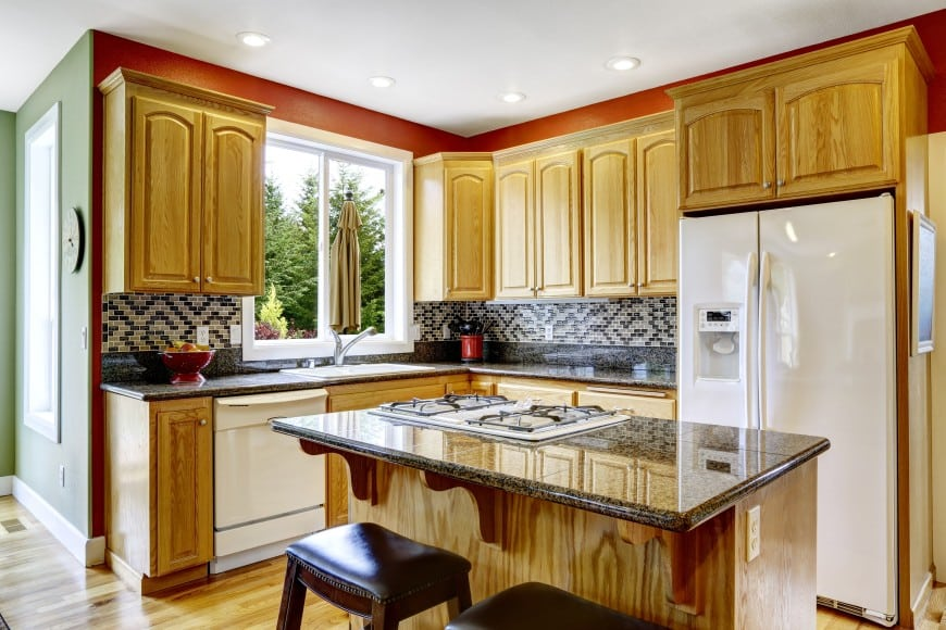 This traditional design with an L-shaped layout and an island counter looks simple and convenient