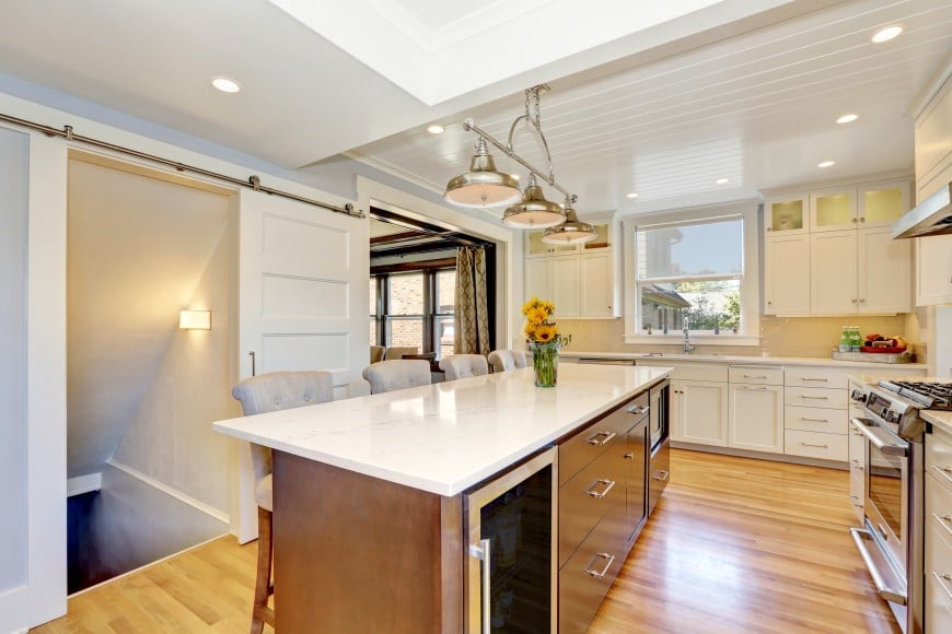This transitional kitchen design features shaker doors